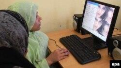 Ауған әйелдері компьютермен жұмыс істеп отыр. Герат, 30 наурыз 2011 жыл. (Көрнекі сурет)
