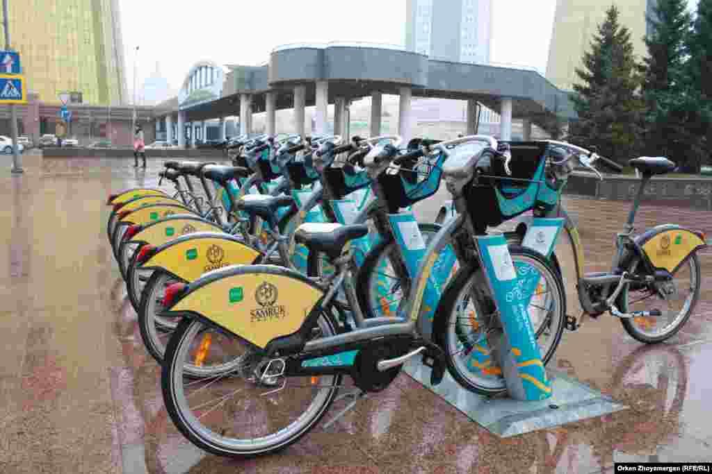 Велосипеды в такую погоду, похоже, не пользуются спросом.