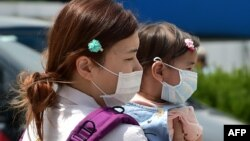 Cənubi Koreyada MERS virusundan qorunan ana və uşağı, 2 iyun, 2015