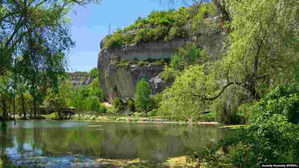 На берегу пруда, под живописными скалами, обустроена турбаза «Эски-Кермен»