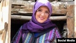 عکسی از خانم شهیدی پیش از بازداشت؛ خانواده این روزنامهگارگفتهاند او«با کاهش چشمگیر وزن و ضعف شدید جسمانی، روبهرو شده» و «بدن او حتی آب را هم پس میزند»