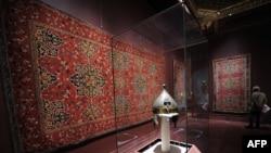 نمایی از یکی از سالن های گالری هنر اسلامی در موزه متروپولیتن پس از بازگشایی در روز یکم نوامبر ۲۰۱۱.