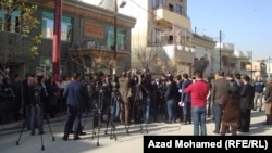 صحفيون يتجمعون أمام مكتب مجلس النواب العراقي في السليمانية