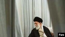 بنا به تفسيرى كه خامنهاى از التزام دارد التزام به ولايت فقيه به معنى التزام به چارچوبهاى در نظر گرفته شده براى وى در قانون اساسى نيست بلكه الزام به اطاعت از دستورات شخص رهبر است.