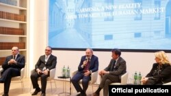 Italy -- Armenian Prime Minister Nikol Pashinian speaks at an Armenian-Italian business forum in Milan, November 21, 2019.