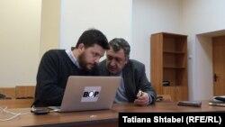 Леонид Волков и его адвокат Владимир Бандура в суде