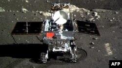 «Юйту» на Місяці долає перші метри, фото з посадкового модуля, 15 грудня 2013 року