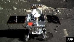 """Китайский луноход """"Юту"""" на Луне, декабрь 2013 года."""