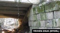 Бетонные перекрытия моста частично обвалились