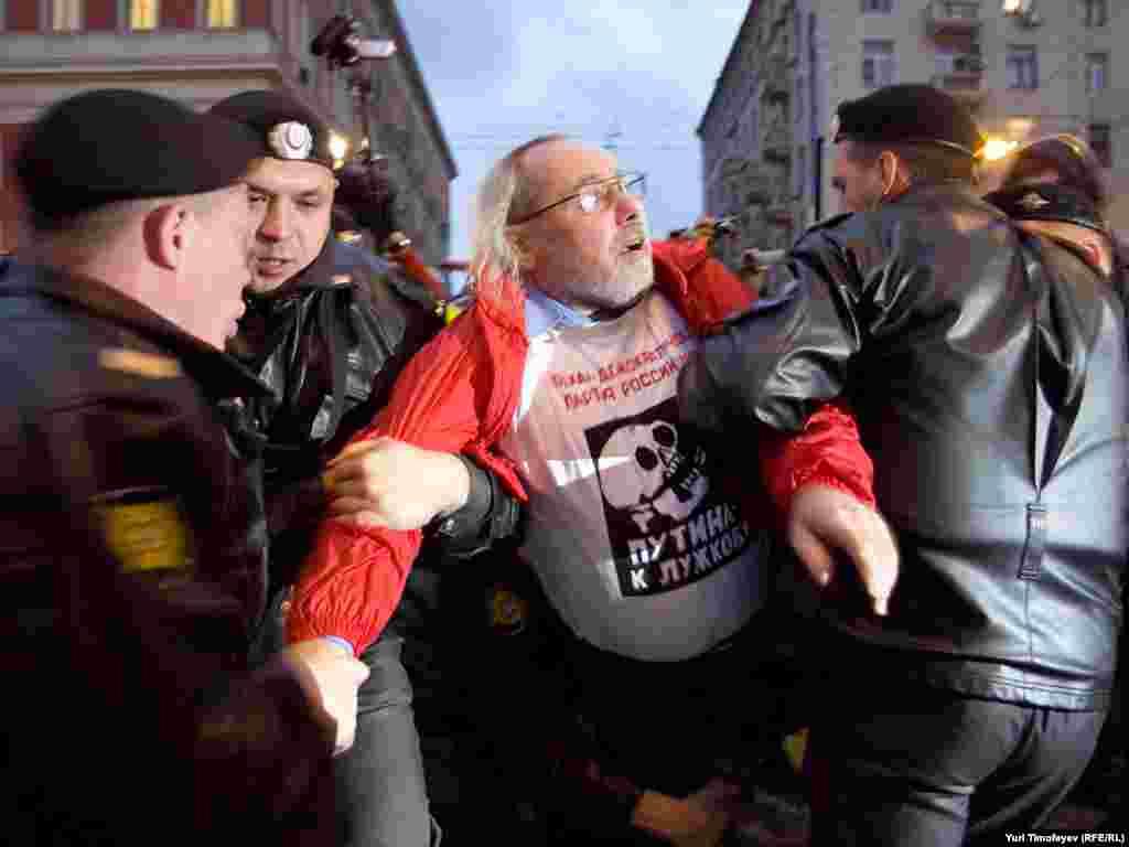 Майже 40 учасників опозиційної акції «День гніву» затримали під мерією Москви увечері 12 жовтня.