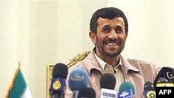 احمدی نژاد گفت که ايران حاضر نيست درباره «حقوق مسلم هسته ای» خود با «قدرت های بزرگ» مذاکره کند.