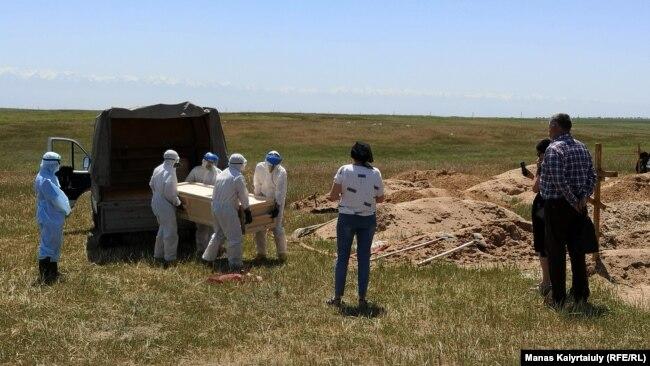 Похороны на кладбище для жертв коронавируса. Алматинская область, неподалеку от села Караой. 25 мая 2020 года.