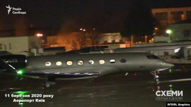 «Схеми» фіксують, як на посадку заходить приватний літак, який прилетів з Мінська, де того дня відбулось засідання ТГК з врегулювання конфлікту на Донбасі