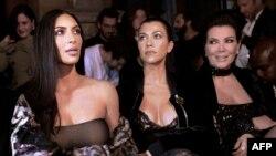 Франция -- слева направо: Ким Кардашян, Кортни Кардашян и Крис Дженнер на показе весенне-летней коллекции 2017 года на Неделе моды в Париже, 29 сентября 2016 г.