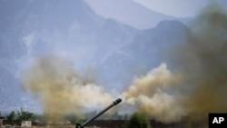 Үкімет күштері тауға жасырынған бүлікшілерді зеңбіректен атқылап жатыр. Пәкістан, 1 маусым 2011 жыл.
