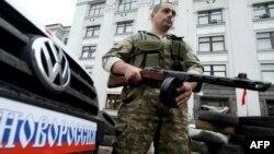Проросійський бойовик біля барикади у Луганську, 1 червня 2014 року