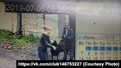 Пользователи соцсетей выложили кадры с камер наблюдения: люди несут пойманную собаку в машину