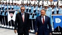Rajab Toyyib Erdo'g'on (ch) va Nursulton Nazarboev (o') Anqaradagi prezident saroyi oldida, 2016 yil 5 avgusti.