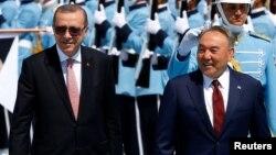 Қазақстан президенті Нұрсұлтан Назарбаев (оң жақта) пен Түркия президенті Режеп Тайып Ердоған.