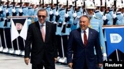 Президент Турции Реджеп Тайип Эрдоган (слева) принимает своего казахстанского коллегу в президентском дворце во время визита Нурсултана Назарбаева в Турцию. Анкара, 5 августа 2016 года.