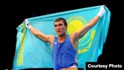 Боксер Серик Сапиев держит флаг Казахстана. Лондон, 12 августа 2012 года.