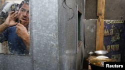 Мигрант қырынып тұр. Мәскеу, 6 шілде 2011 жыл.