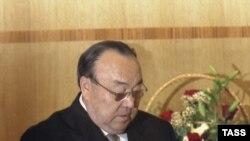 Президент Рәхимов төп канунга таянамы?