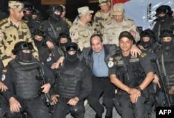 Абдель Фаттах ас-Сиси на Синайском полуострове с офицерами египетского спецназа, воюющего с исламистами. Апрель 2015 года