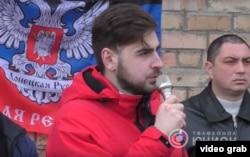 Никита Киосев открывает мемориальную доску боевику «Гиви» (Михаилу Толстых), принимавшему участие в захвате Иловайска и Донецкого аэропорта и известного тем, что на видео он заставлял пленных украинских солдат есть шевроны
