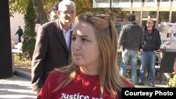 """Protestuesit mbanin bluza të kuqe me mbishkrimin """"Drejtësi dhe Dinjitet para Negociatave""""."""