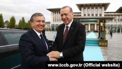 Президенты Узбекистана и Турции Шавкат Мирзияев (слева) и Реджеп Тайип Эрдоган.