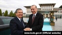 Президенты Узбекистана и Турции Шавкат Мирзияев (слева) и Реджеп Тайип Эрдоган. Анкара, 25 октября 2017 года.