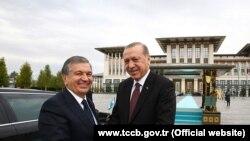 Раҷаб Таййиб Эрдуғон ва Шавкат Мирзиёев, президентҳои Туркия ва Узбекистон. Акс аз бойгонӣ.