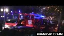 Հրշեջ մեքենաները աշխատում են Երեւանի կենտրոնում բռնկված խոշոր հրդեհի վայրում, 24 նոյեմբեր, 2010