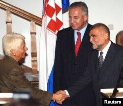 Головний прокурор Міжнародного кримінального трибуналу у справах колишньої Югославії Карла Дель Понте тисне руку президентові Хорватії Стіпе Месичу та прем'єр-міністрові Іво Санадеру. Хорватія, вересень 2005 року