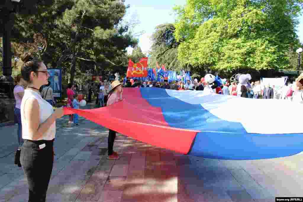 Многометровый российский флаг