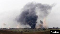 Дим свідчить про сутички іракської армії з бойовиками угруповання «Ісламська держава» неподалік Мосула, 5 травня 2017 року