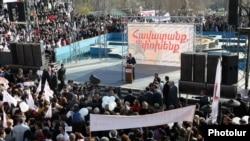 Президент Армении, лидер Республиканской партии Армении Серж Саргсян выступает перед избирателями в ереванской общине Арабкир, 14 апреля 2012 г.