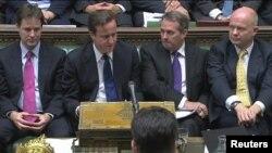 Премьер-министр Дэвид Кэмерон(солдон экинчи) парламентте өкмөт аскерий чыгымдарды кыскартуу планын жарыялагандан кийин. 19-октябрь 2010