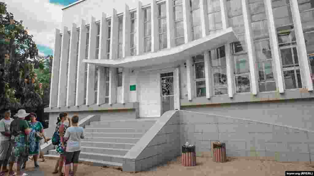 Здание дельфинария. Билет для взрослого стоит 400 рублей (около 150 гривен) и 200 рублей для ребенка (около 75 гривен)