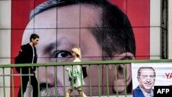 Թուրքիայի նախագահ Ռեջեփ Էրդողանի դիմանկարով մեծ պաստառ Ստամբուլում, ապրիլ, 2017թ․