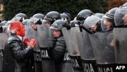 Албанските полицајци на протестите во Тирана