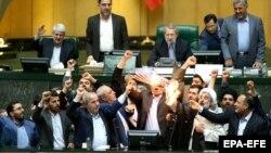 Иранские парламентарии сжигают американский флаг после решения президента США вывести США из шестистороннего соглашения по ядерной программе Тегерана. 9 мая 2018 года.
