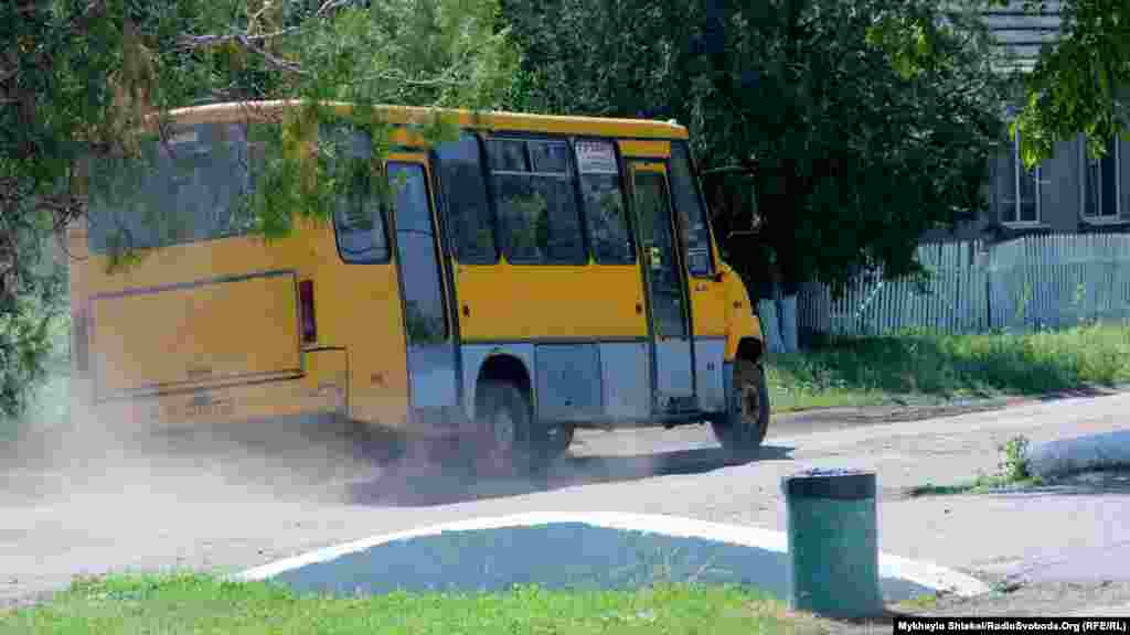 В селище ходить три маршрутні таксі – з Одеси, Татарбунар і Білгорода-Дністровського. Кожне ходить раз на день, і місцеві мешканці сподіваються, що влітку деякі будуть ходити не тільки вранці, але і ввечері.