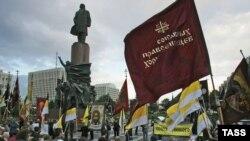 تظاهرات گروه های نژادی مختلف در مسکو در اعتراض به اقدامات گروه های نژادپرست در روسيه در سال ۲۰۰۶ (عکس ايتارتاس)