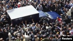 Машина с министрами правительства Мубарака на улице Каира. Февраль 2011 года