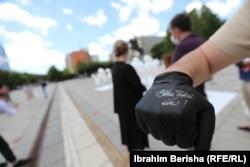 """Një person ka veshur një dorez ku shkruan """"Bëhu Zëri im"""", që ishte motoja e një marshi të organizuar në Ditën Ndërkombëtare për eliminimin e dhunës seksuale në konflikt. Prishtinë, 19 qershor, 2020."""