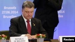 Петро Порошенко під час підписання угоди про асоціацію. Брюссель. 27 червня 2014 року