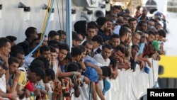 Мигранты, подобранные в море ирландским судном