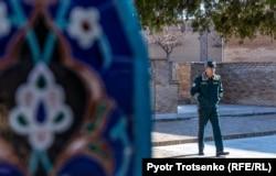 Сотрудник туристический полиции в Самарканде. Узбекистан, 29 ноября 2019 года.